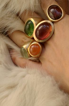Goldringe an der Hand – Eva Niemand